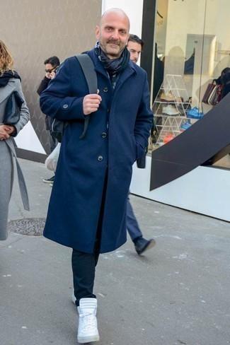 Combinar unas zapatillas altas blancas: Casa un abrigo largo azul marino con un pantalón chino negro para un lindo look para el trabajo. ¿Quieres elegir un zapato informal? Haz zapatillas altas blancas tu calzado para el día.