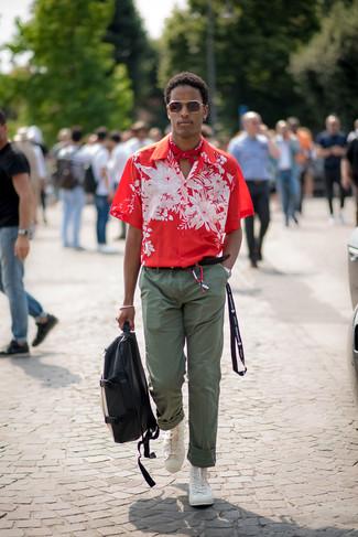 Cómo combinar: mochila de cuero en negro y blanco, zapatillas altas blancas, pantalón chino verde oliva, camisa de manga corta con print de flores roja