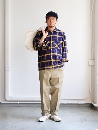 Combinar una camisa de manga larga de tartán azul marino: Una camisa de manga larga de tartán azul marino y un pantalón chino marrón claro son prendas que debes tener en tu armario. Para el calzado ve por el camino informal con zapatillas altas de lona blancas.