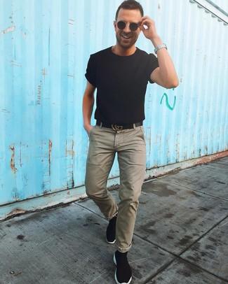 Cómo combinar: correa de cuero negra, zapatillas altas de lona negras, pantalón chino verde oliva, camiseta con cuello circular negra