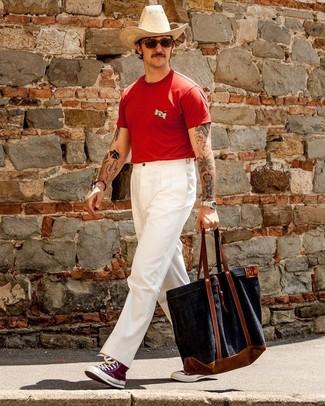 Cómo combinar: bolsa tote de lona azul marino, zapatillas altas de lona morado, pantalón chino blanco, camiseta con cuello circular roja