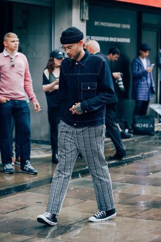 Cómo combinar: gorro negro, zapatillas altas de lona en negro y blanco, pantalón chino de tartán gris, chaqueta vaquera azul marino