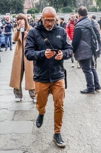 Combinar un chubasquero azul marino: Casa un chubasquero azul marino con un pantalón chino en tabaco para lidiar sin esfuerzo con lo que sea que te traiga el día. Si no quieres vestir totalmente formal, opta por un par de zapatillas altas de cuero azul marino.