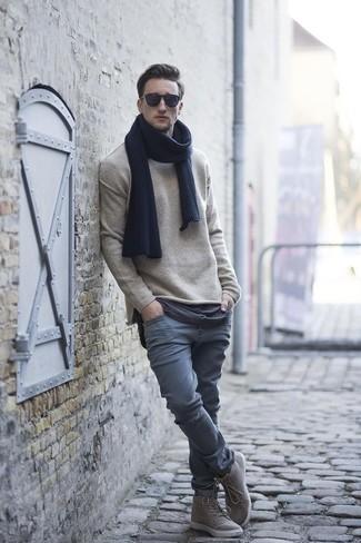 Cómo combinar: bufanda azul marino, zapatillas altas grises, pantalón chino gris, jersey con cuello circular en beige