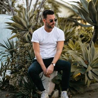 Cómo combinar: gafas de sol negras, zapatillas altas de lona blancas, pantalón de chándal negro, camiseta con cuello circular blanca