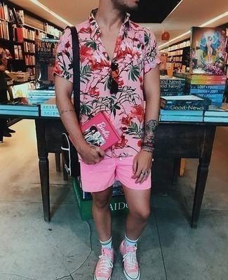 Combinar unos calcetines celestes: Para un atuendo tan cómodo como tu sillón ponte una camisa de manga corta con print de flores rosada y unos calcetines celestes. Opta por un par de zapatillas altas de lona rosadas para mostrar tu inteligencia sartorial.