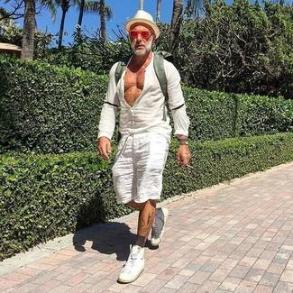 Cómo combinar: mochila de lona verde oliva, zapatillas altas de cuero blancas, pantalones cortos de lino blancos, camisa de manga larga de lino blanca