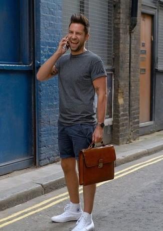Cómo combinar: portafolio de cuero marrón, zapatillas altas de lona blancas, pantalones cortos azul marino, camiseta con cuello circular en gris oscuro