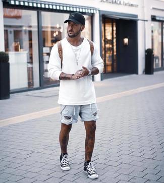 Cómo combinar: mochila de cuero marrón, zapatillas altas en negro y blanco, pantalones cortos vaqueros desgastados celestes, sudadera blanca