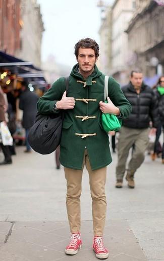 Cómo combinar: zapatillas altas rojas, pantalón chino marrón claro, trenca verde oscuro