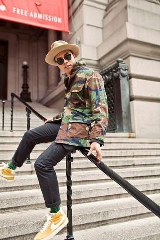 Cómo combinar: sombrero de lana marrón claro, zapatillas altas mostaza, traje de rayas verticales en gris oscuro, chaqueta campo de camuflaje verde