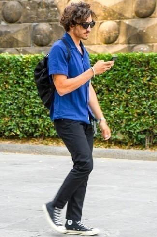Combinar una camisa de manga corta azul: Utiliza una camisa de manga corta azul y unos vaqueros negros para una vestimenta cómoda que queda muy bien junta. Si no quieres vestir totalmente formal, complementa tu atuendo con zapatillas altas de lona en negro y blanco.