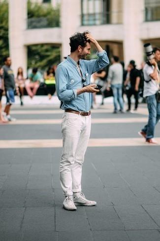 Combinar unas zapatillas: Empareja una camisa de manga larga de cambray celeste junto a unos vaqueros blancos para un look diario sin parecer demasiado arreglada. Zapatillas darán un toque desenfadado al conjunto.