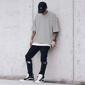 Cómo combinar: gorra de béisbol negra, zapatillas altas en negro y blanco, vaqueros desgastados negros, camiseta con cuello circular de rayas horizontales en blanco y negro