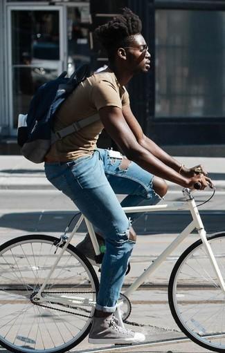 Combinar una pulsera: Empareja una camiseta con cuello circular marrón claro con una pulsera transmitirán una vibra libre y relajada. ¿Te sientes valiente? Elige un par de zapatillas altas de lona grises.