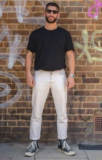 Outfits hombres: Haz de una camiseta con cuello circular negra y unos vaqueros blancos tu atuendo para una vestimenta cómoda que queda muy bien junta. Si no quieres vestir totalmente formal, completa tu atuendo con zapatillas altas de lona en azul marino y blanco.