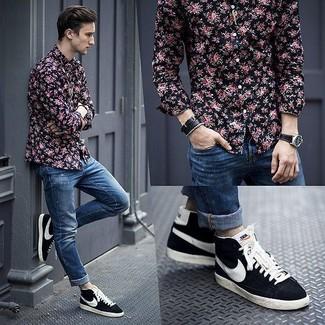 Cómo combinar: reloj de cuero negro, zapatillas altas de ante azul marino, vaqueros pitillo desgastados azules, camisa de manga larga con print de flores negra
