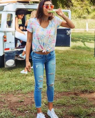 Cómo combinar: gafas de sol naranjas, zapatillas altas de lona blancas, vaqueros pitillo desgastados azules, camiseta con cuello circular efecto teñido anudado en multicolor