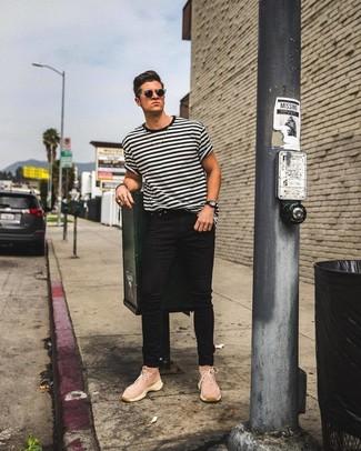 Cómo combinar: gafas de sol negras, zapatillas altas de lona rosadas, vaqueros pitillo negros, camiseta con cuello circular de rayas horizontales en blanco y negro