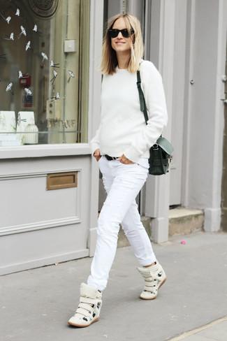Cómo combinar: bolso bandolera de cuero negro, zapatillas altas de cuero blancas, vaqueros pitillo desgastados blancos, jersey con cuello circular blanco