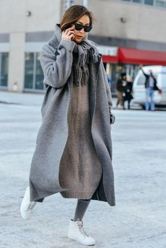 Cómo combinar: bufanda gris, zapatillas altas de cuero blancas, vestido jersey de punto gris, abrigo gris