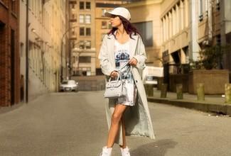 Cómo combinar: bolso bandolera de cuero en beige, zapatillas altas blancas, vestido tubo estampado blanco, gabardina ligera en beige