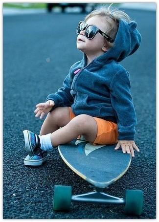 Cómo combinar: calcetines blancos, zapatillas azules, pantalones cortos naranjas, sudadera con capucha en gris oscuro