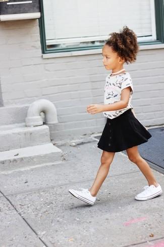 Cómo combinar: zapatillas blancas, falda negra, camiseta estampada en blanco y negro