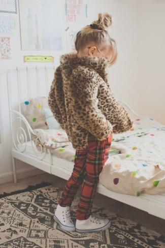 Cómo combinar: zapatillas blancas, pantalón de chándal de tartán rojo, chaqueta de pelo de leopardo marrón