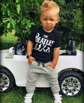Cómo combinar: zapatillas blancas, pantalón de chándal gris, camiseta negra