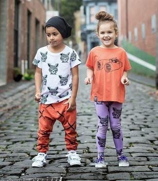 Cómo combinar: gorro negro, zapatillas blancas, pantalón de chándal naranja, camiseta blanca