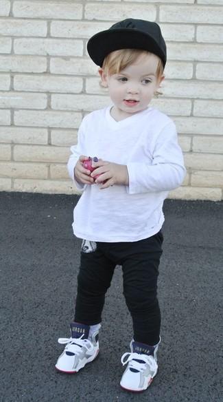 Cómo combinar: gorra de béisbol negra, zapatillas blancas, pantalón de chándal negro, camiseta de manga larga blanca
