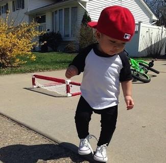 Cómo combinar: gorra de béisbol roja, zapatillas blancas, pantalón de chándal negro, camiseta de manga larga en blanco y negro