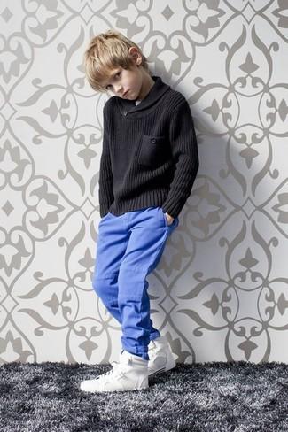 Cómo combinar: zapatillas blancas, pantalones azules, jersey negro