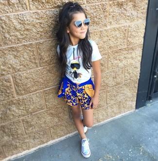 Cómo combinar: gafas de sol negras, zapatillas blancas, pantalones cortos azules, camiseta blanca