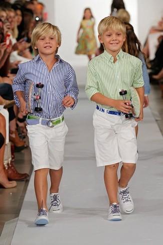 Cómo combinar: zapatillas blancas, pantalones cortos blancos, camisa de manga larga de rayas verticales en blanco y azul marino