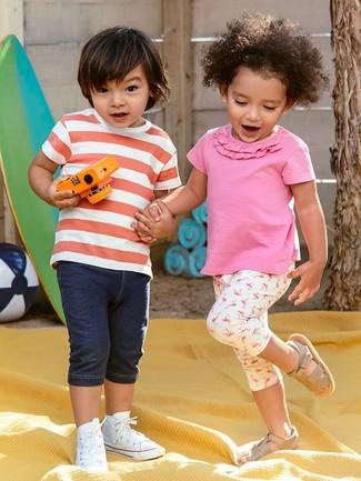 Cómo combinar: zapatillas blancas, pantalones cortos vaqueros azul marino, camiseta de rayas horizontales en rojo y blanco