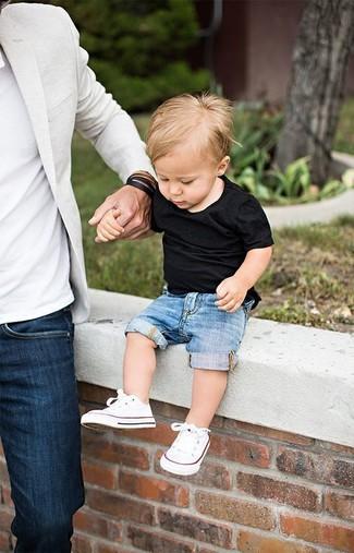 Cómo combinar: zapatillas blancas, pantalones cortos vaqueros azules, camiseta negra