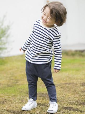 Cómo combinar: zapatillas blancas, pantalones vaqueros azul marino, camiseta de rayas horizontales en blanco y azul marino