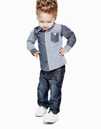 Cómo combinar: zapatillas blancas, vaqueros azul marino, camisa de manga larga de cambray azul