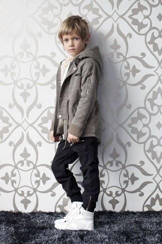 Cómo combinar: zapatillas blancas, vaqueros negros, chaqueta gris