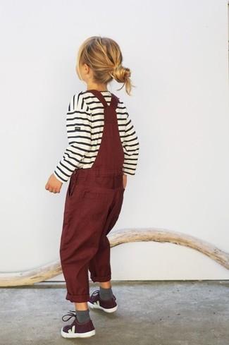 Cómo combinar: calcetines grises, zapatillas burdeos, peto burdeos, jersey de rayas horizontales blanco