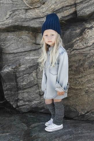 Cómo combinar: gorro azul marino, zapatillas blancas, camisa de vestir vaquera gris, vestido gris