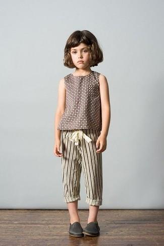 Cómo combinar: zapatillas de cuero en gris oscuro, pantalón de chándal de rayas verticales en beige, camiseta a lunares marrón