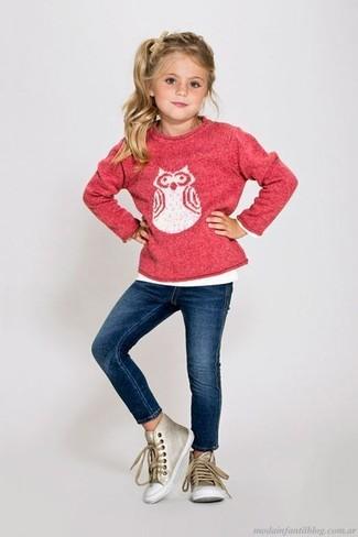 Cómo combinar: zapatillas doradas, vaqueros azul marino, jersey estampado rosa