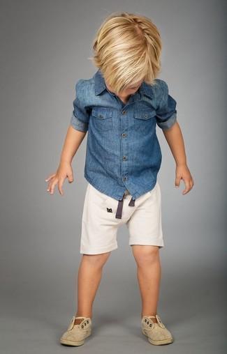 Cómo combinar: zapatillas en beige, pantalones cortos blancos, camisa de manga larga vaquera azul