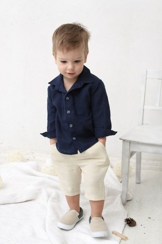 Cómo combinar: zapatillas en beige, pantalones cortos en beige, camisa de manga larga azul marino