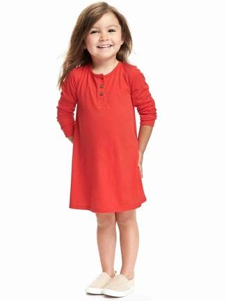 Cómo combinar: zapatillas en beige, vestido rojo