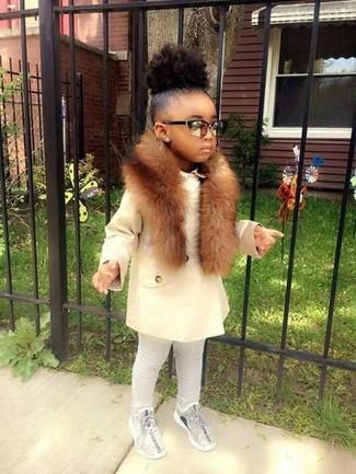 Cómo combinar: bufanda de pelo marrón, zapatillas grises, leggings grises, abrigo blanco