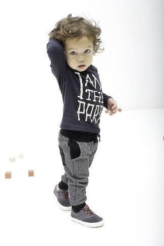 Cómo combinar: zapatillas grises, pantalón de chándal gris, jersey en gris oscuro